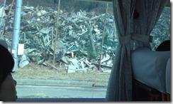 小学校の校庭に積み上げられた瓦礫の山