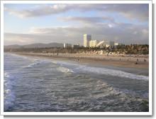 風の強いサンタモニカの海岸